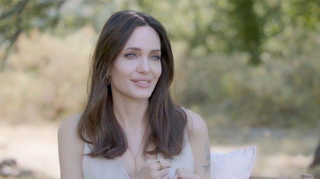 Angelina Jolie dokazala, da ta klasična modna kombinacija ne bo nikoli šla iz mode - Foto: Profimedia