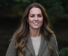 Kate Middleton blestela v beli blazer obleki naših sanj