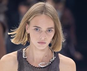 Vsi se zgražajo nad to ogrlico Givenchy. Poglejte, zakaj