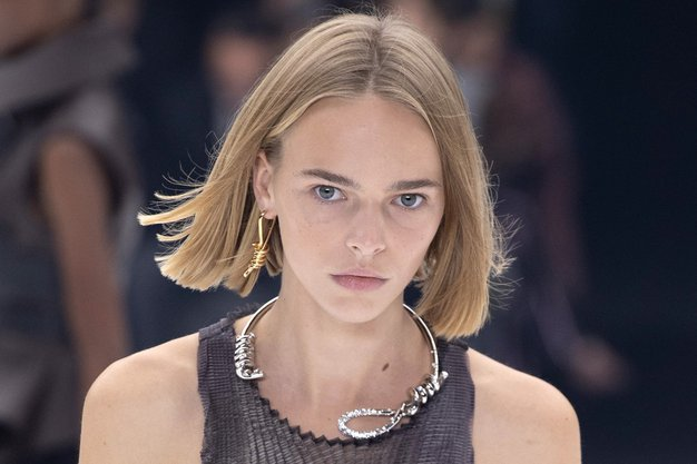 Vsi se zgražajo nad to ogrlico Givenchy. Poglejte, zakaj - Foto: Profimedia