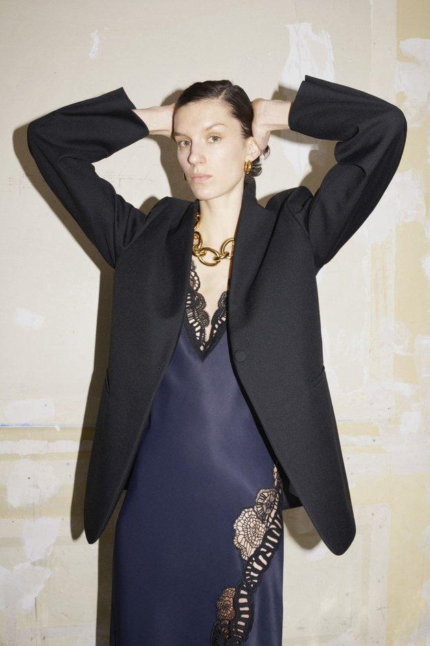Pozabite na srajčne obleke, to jesen in zimo jo bo zamenjal ta ženstven stil - Foto: Profimedia