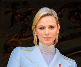 Monaška princesa Charlene se je poslovila od svoje značilne blond pričeske. To je njena nova barva las
