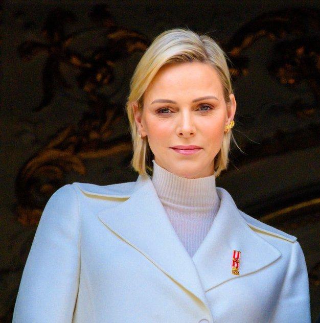 Monaška princesa Charlene se je poslovila od svoje značilne blond pričeske. To je njena nova barva las - Foto: Profimedia