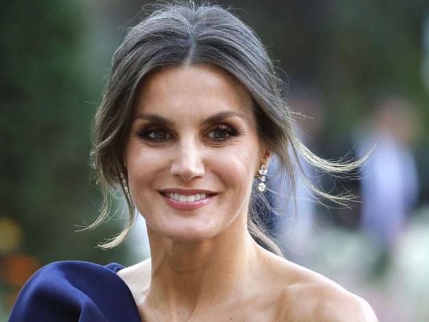 Na enem svojih zadnjih obveznostih je španksa kraljica nosila belo bluzo z volančki in vezeninami z elegantnimi črnimi hlačami. Njen …
