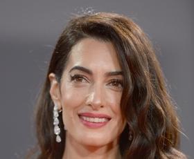 Amal Clooney še nikoli lepša v čudoviti beli obleki z bleščicami