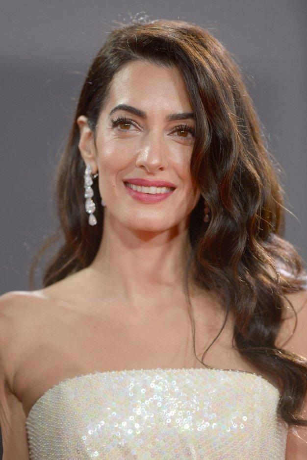 Amal Clooney in njen mož George Clooney sta v nedeljo skupaj obiskala filmski festival v Londonu. Par, ki sta se …