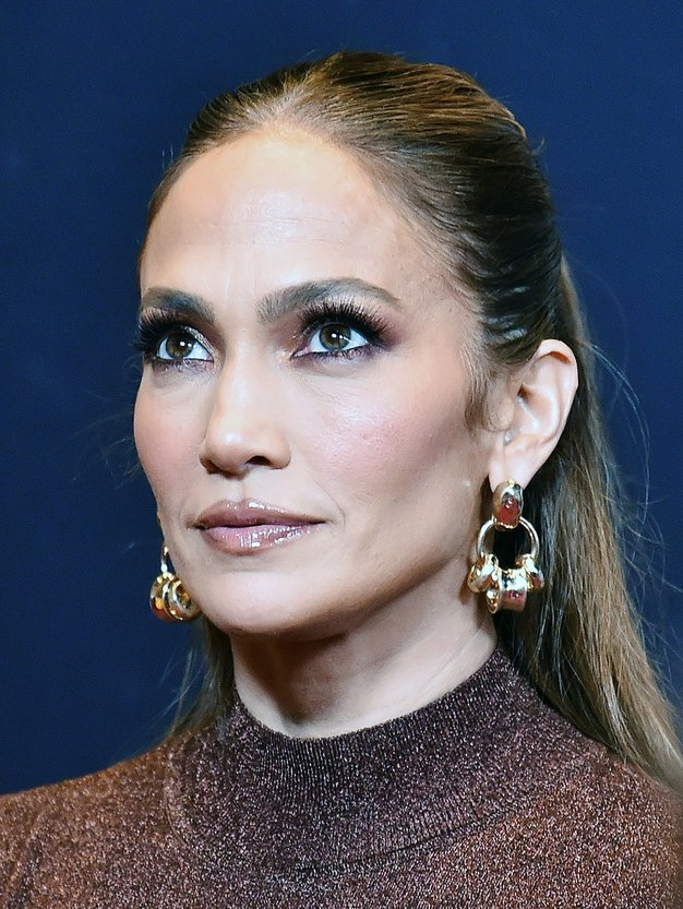Ujemajoča usnjeno krilo in plašč Jennifer Lopez sta najpomembnejši jesenski komplet, ki je hkrati prefinjen in klasična ter brez napora …