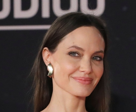 Angelina Jolie po ločitvi na rdečo preprogo stopa v novem spremstvu