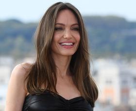Angelina Jolie v Rimu nosila čudovit črno-bel plašč v stilu 60-ih